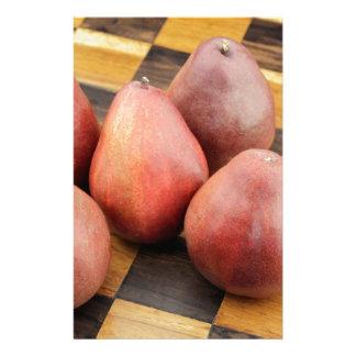 木のチェス盤の5個の赤いナシ 便箋
