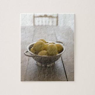 木のテーブルのレモンが付いているColander ジグソーパズル