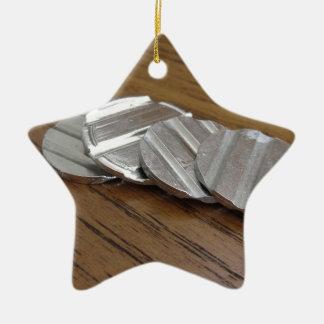 木のテーブルの空白のな金属硬貨 セラミックオーナメント