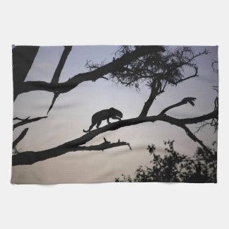 木のヒョウのシルエット、ケニヤ お手拭タオル