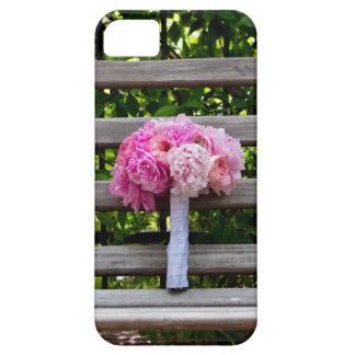 木のベンチのピンクのシャクヤクの花束 iPhone SE/5/5s ケース