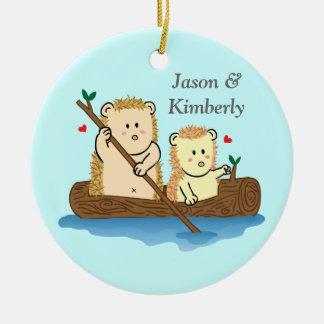 木のボートのかわいいハリネズミのカップルの航行 セラミックオーナメント