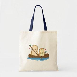 木のボートのかわいいハリネズミのカップルの航行 トートバッグ