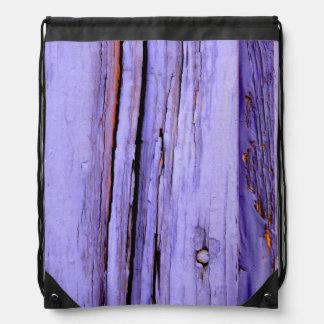 木の古い割れた紫色のペンキ ナップサック