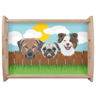 木の塀のイラストレーションの幸運な犬 トレー