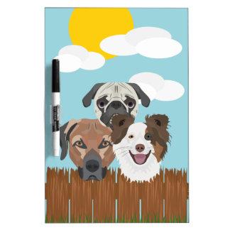 木の塀のイラストレーションの幸運な犬 ホワイトボード
