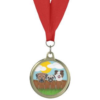 木の塀のイラストレーションの幸運な犬 メダル