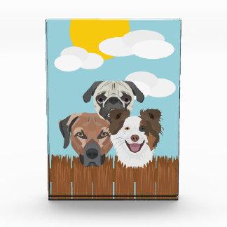 木の塀のイラストレーションの幸運な犬 表彰盾