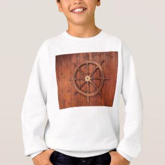 木の壁の航海のな船の舵輪の車輪 スウェットシャツ