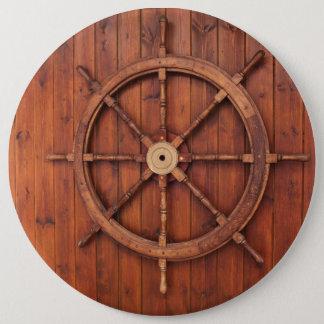 木の壁の航海のな船の舵輪の車輪 缶バッジ