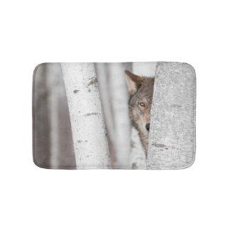 木の後ろのオオカミ(イヌ属ループス) バスマット