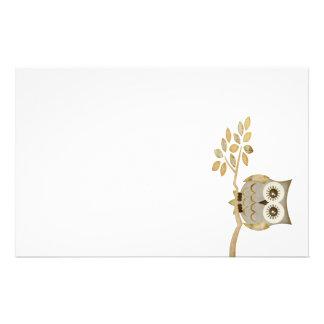 木の文房具の広い目のフクロウ 便箋