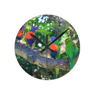 木の枝の虹のlorikeetsの群 ラウンド壁時計