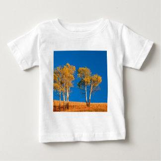 木の秋の《植物》アスペンイエローストーンワイオミング ベビーTシャツ