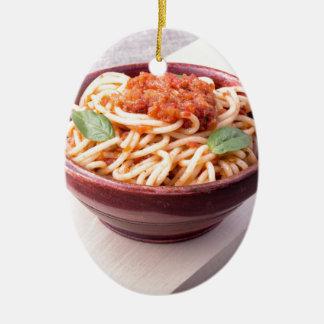 木の立場の調理されたスパゲッティクローズアップ セラミックオーナメント