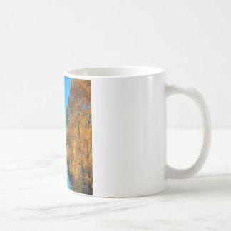 木の紅葉の川 コーヒーマグカップ