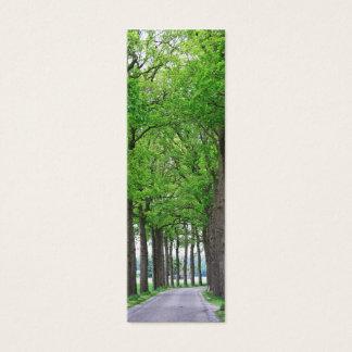 木の自然の写真のしおりカードの道そして車線 スキニー名刺