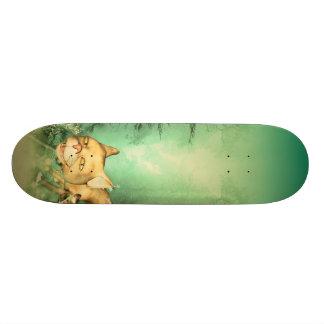 木の赤ん坊猫を持つおもしろいな子ネコ カスタムスケートボード