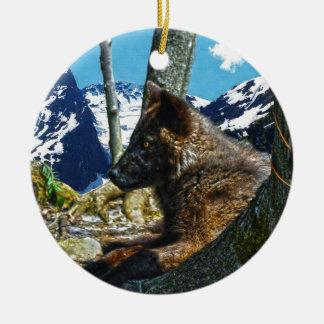 木の野性生物の芸術によって休んでいる山の黒いオオカミ セラミックオーナメント