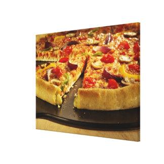 木の黒い鍋でスライスされる野菜ピザ キャンバスプリント