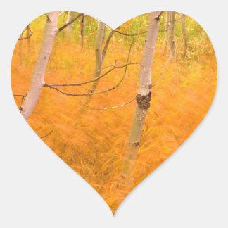 木の《植物》アスペンおよび風に吹かれた草アイダホ ハートシール