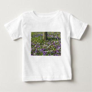 木を持つ春の草の花分野のクロッカス ベビーTシャツ