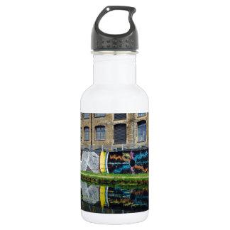 木枠のビール醸造所運河の側面の川の草原 ウォーターボトル