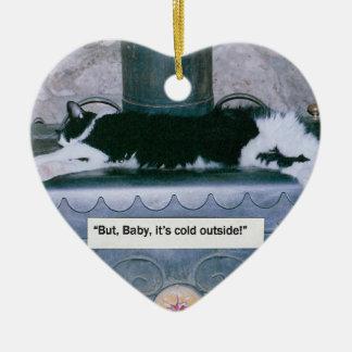"""木製のストーブの猫:  """"赤ん坊それは冷たいです"""" セラミックオーナメント"""