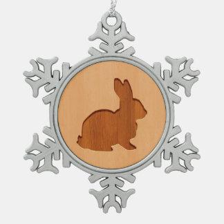 木製のデザインで刻まれるウサギのシルエット スノーフレークピューターオーナメント