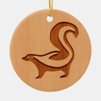 木製のデザインで刻まれるスカンクのシルエット セラミックオーナメント