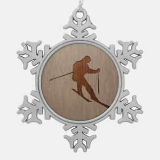 木製のデザインで刻まれるスキーシルエット スノーフレークピューターオーナメント