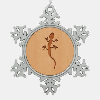 木製のデザインで刻まれるトカゲのシルエット スノーフレークピューターオーナメント