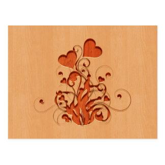木製のデザインで刻まれるハートの花 ポストカード