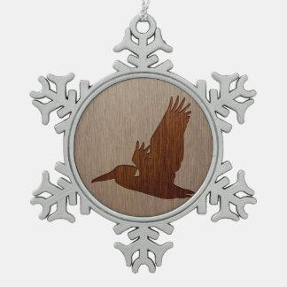 木製のデザインで刻まれるペリカンのシルエット スノーフレークピューターオーナメント