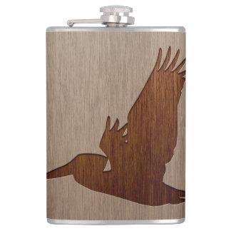 木製のデザインで刻まれるペリカンのシルエット フラスク