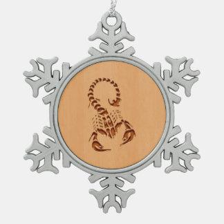 木製のデザインで刻まれる蠍のシルエット スノーフレークピューターオーナメント