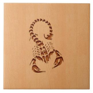 木製のデザインで刻まれる蠍のシルエット タイル