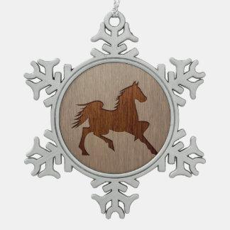 木製のデザインで刻まれる馬のシルエット スノーフレークピューターオーナメント