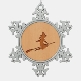 木製のデザインで刻まれる魔法使いのシルエット スノーフレークピューターオーナメント