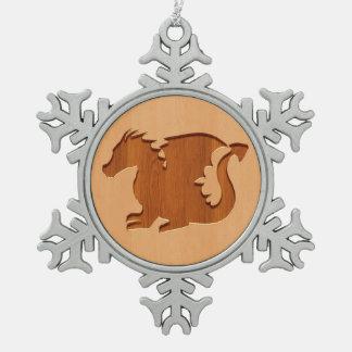 木製の効果で刻まれるドラゴンのシルエット スノーフレークピューターオーナメント