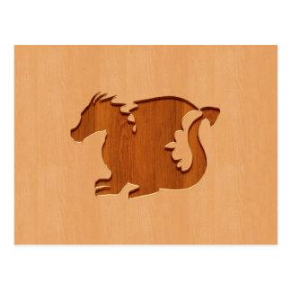 木製の効果で刻まれるドラゴンのシルエット ポストカード
