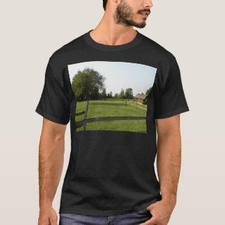 木製の塀および木が付いている緑の芝生 Tシャツ