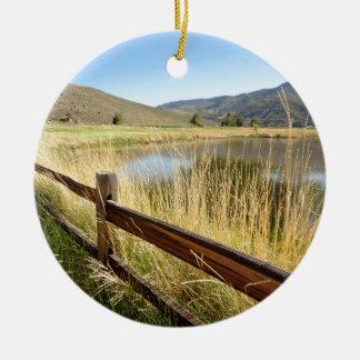 木製の塀、湖、空とのネバダの景色 セラミックオーナメント