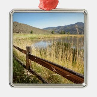 木製の塀、湖、空とのネバダの景色 メタルオーナメント