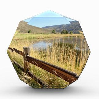 木製の塀、湖、空とのネバダの景色 表彰盾