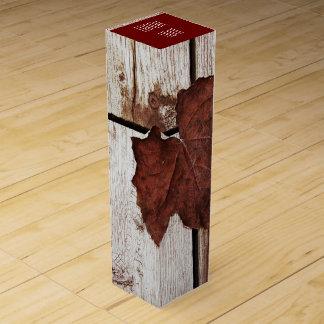 木製の背景のブドウの葉 ワインギフトボックス