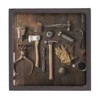 木製の背景の人の宝石箱の古い用具 ギフトボックス