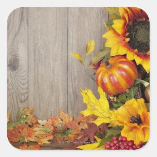 木製の背景の秋のリースそして葉 スクエアシール