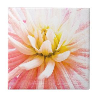 木製の質の夏のダリアの花 タイル