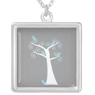木(灰色の背景)のネックレスの5羽の青い鳥 シルバープレートネックレス